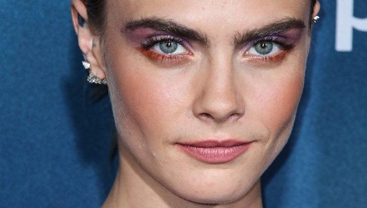 Cara Delevingne es reconocida por su mirada intensa y su maquillaje en tonos rosados