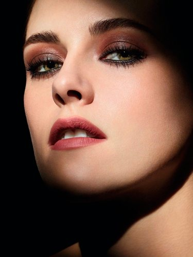 Kristen Stewart es la imagen de la nueva campaña de cosmética de Chanel 'Noir et Blanc'   Foto: Chanel