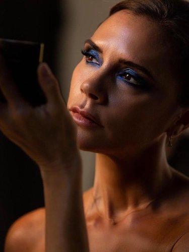 Victoria Beckham maquillándose