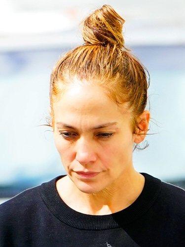 Jennifer Lopez con cabello sucio