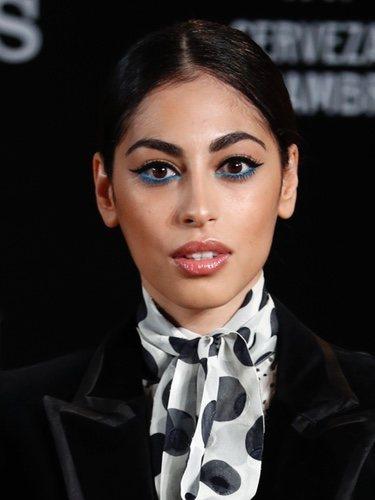 Mina el Hammani con eyeliner azul