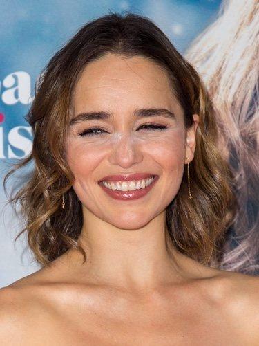 Emilia Clarke con polvos matificantes sin difuminar