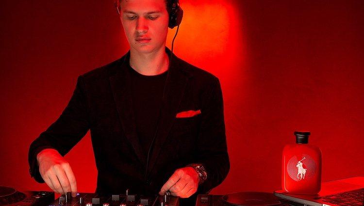 Ansel Elgort en la foto promocional de 'Polo Red Remix'
