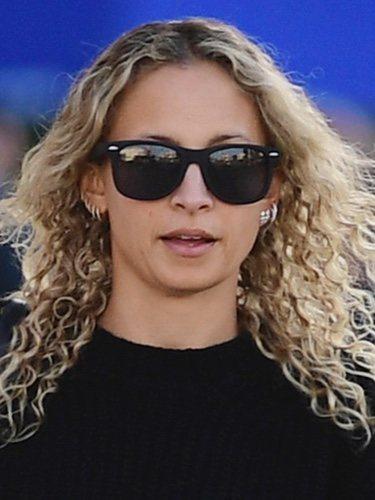 Nicole Richie con rizos apelmazados y gafas de sol