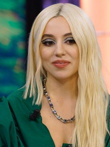 Ava Max con maquillaje excesivo y eyeliner doble