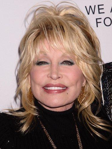 Dolly Parton con melena asimétrica y exceso de maquillaje