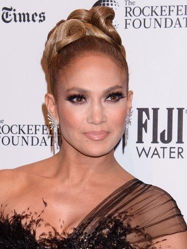 Jennifer Lopez con pestañas postizas y smokey eye marcado