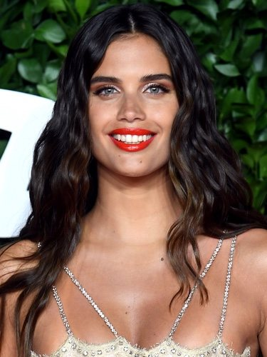 Sara Sampaio con labial rojo y smokey eye marrón en los British Fashion Awards 2019