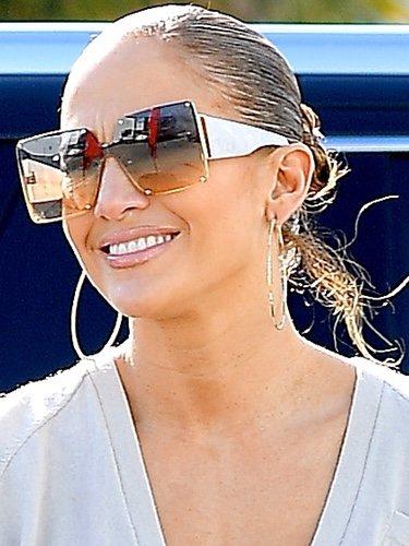 Jennifer Lopez con gloss nude y gafas de sol oversized