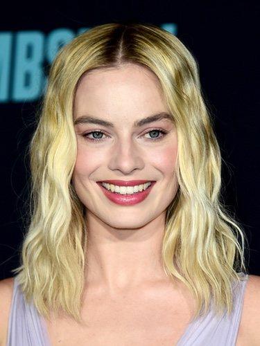 Margot Robbie con ondas ligeras y labial cereza