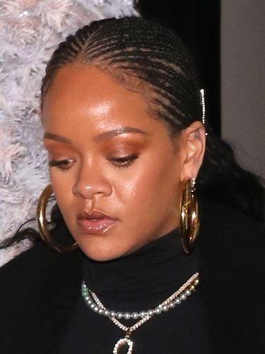 Rihanna con exceso de brillos y lluvia en el rostro