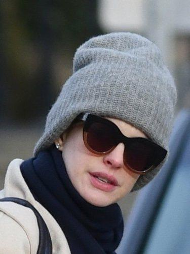 Anne Hathaway con gorro oversized y rojeces en el rostro