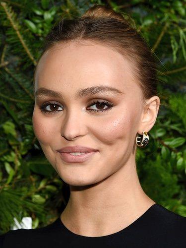 Marcas de acné bajo maquillaje de Lily Rose-Depp