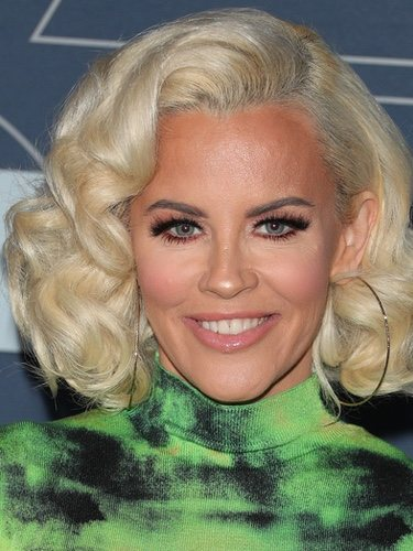 Jenny McCarthy con maquillaje pin-up
