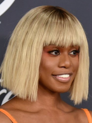 Laverne Cox con peluca llamativa