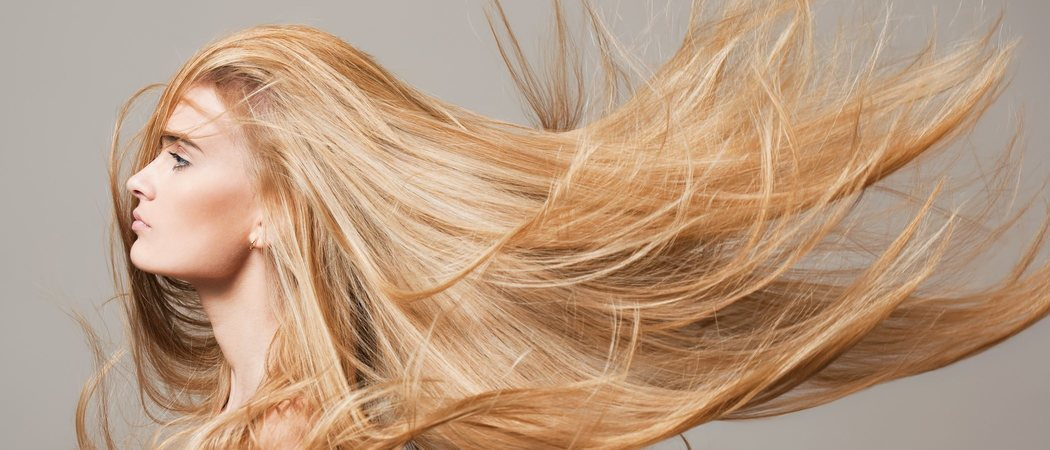 ¿Por qué se aclara el tono del pelo en verano?
