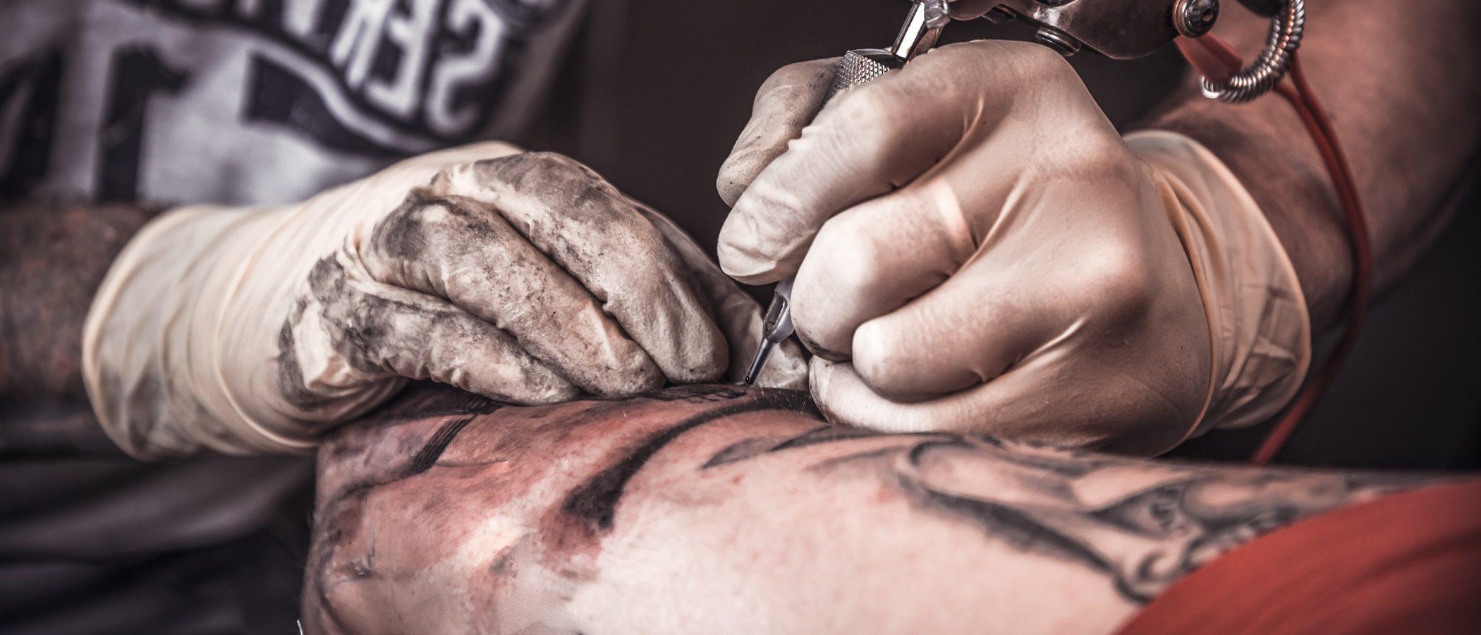 Cómo cuidar un tatuaje en verano y protegerlo de los rayos de sol
