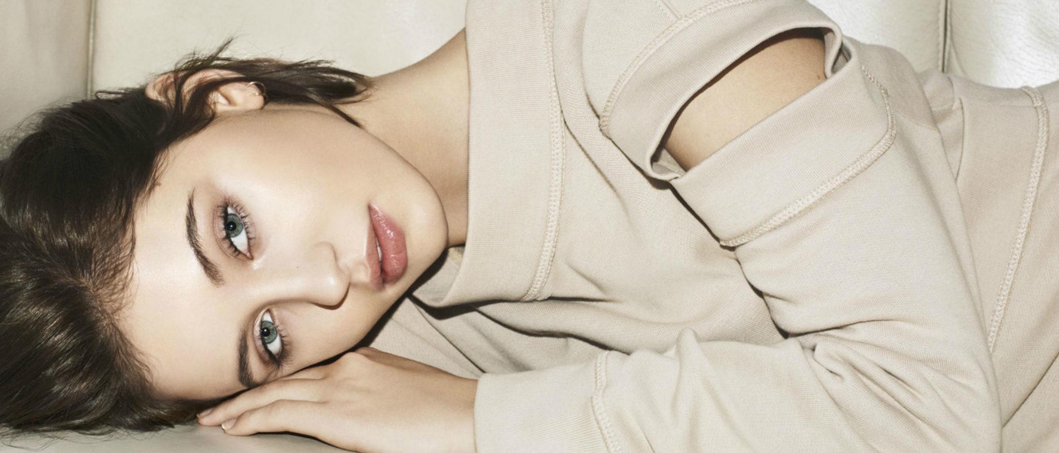 Iris Law presenta 'The Essentials', la nueva colección de maquillaje de Burberry