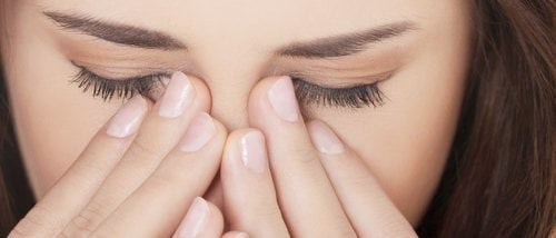 Cómo maquillarse para disimular los ojos hinchados