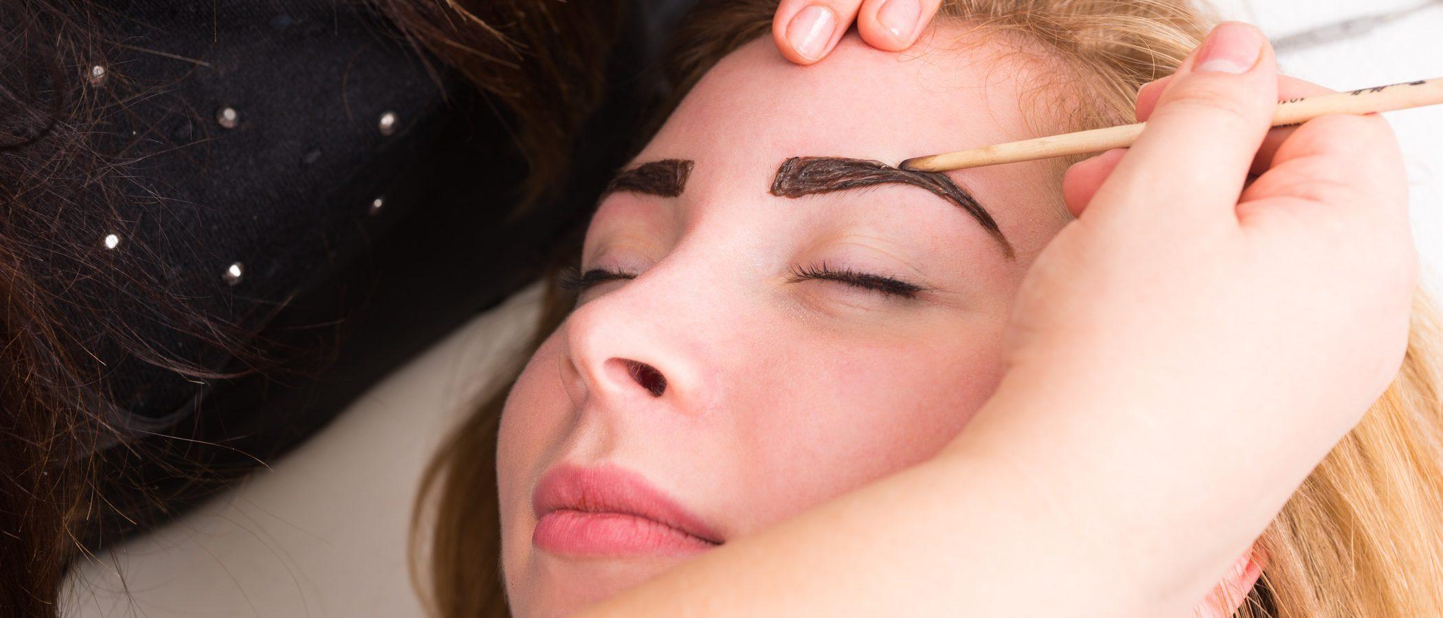 Cómo aplicarse el tinte de cejas en casa