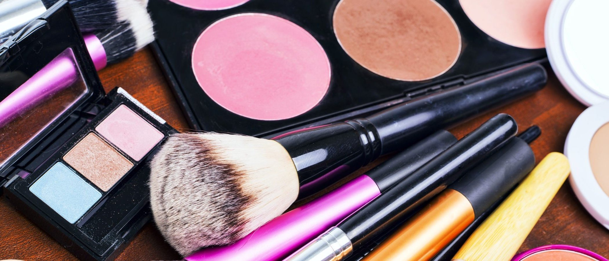 Cómo maquillarse para disimular los ojos caídos