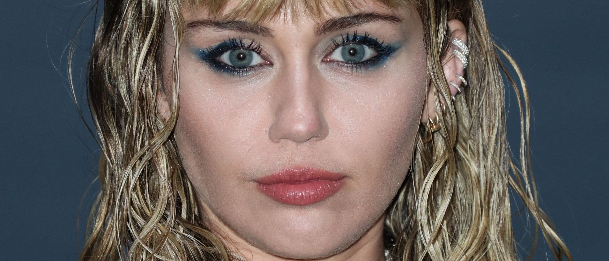Miley Cyrus con su cat-eye azul se corona en el top five de peores beauty looks de la semana