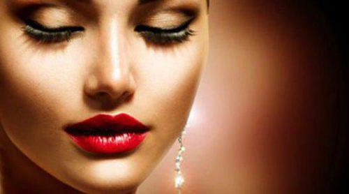 Apuesta por el maquillaje satinado como aliado en los primeros días de calor