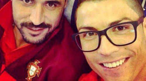 Cristiano Ronaldo se vuelve hipster: mechas rubias y gafas de pasta moradas