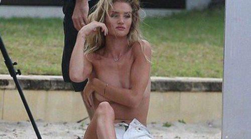 Rosie Huntington-Whiteley posa en topless para promocionar los cosméticos de ModelCo