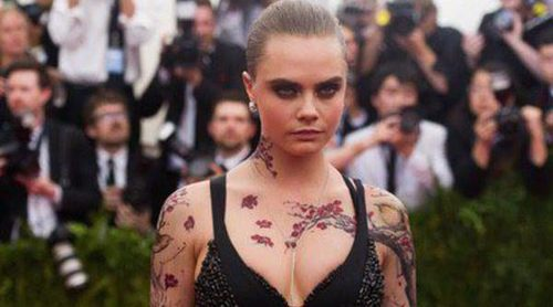 Cara Delevingne y sus accesorios de tinta para la Gala del Met 2015