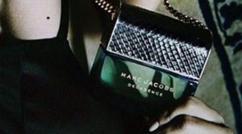Adriana Lima muerde el bolsito que guarda la 'Decadence' de Marc Jacobs