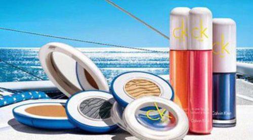 Calvin Klein te traslada a la playa con su maquillaje 'Into the Blue'