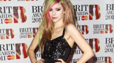 Avril Lavigne colabora con Sally Hansen para lanzar una nueva línea de manicura