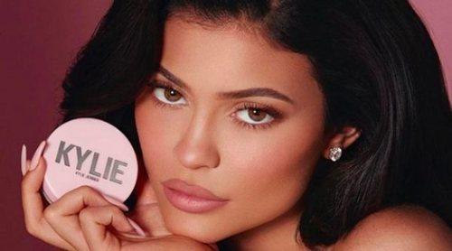 Kylie Jenner presenta los nuevos polvos fijadores de Kylie Cosmetics en seis tonos