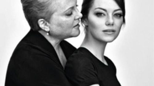 Emma Stone protagoniza junto a su madre una campaña contra el cáncer para Revlon