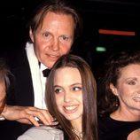 Angelina Jolie con el pelo liso acompañada de su padre
