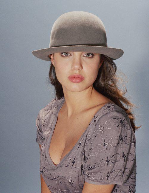 Angelina Jolie con un sombrero