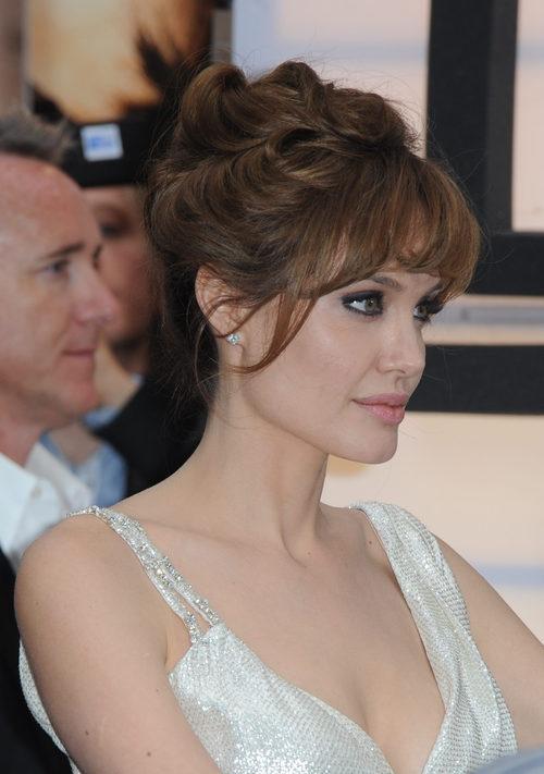 Angelina Jolie con un moño y flequillo