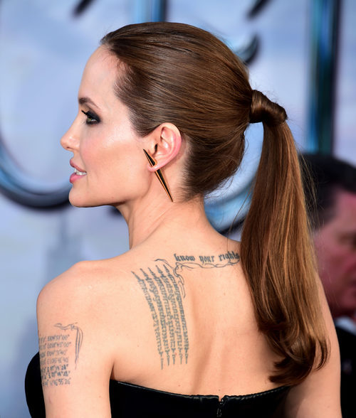 Angelina Jolie con una coleta con las puntas onduladas