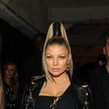 Fergie con un coleta alta sujeta con una cinta de cuero