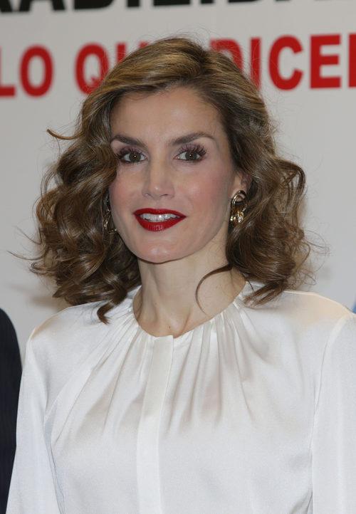 La Reina Letizia con una melena ondulada y un labial rojo