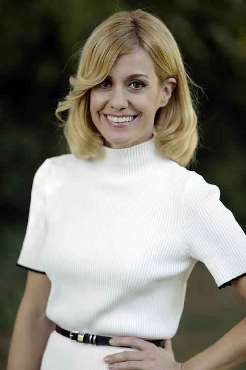 Alexandra Jiménez con un corte bob largo peinado hacia dentro
