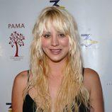 Kaley Cuoco con unas extensiones del distinto color al de su cabello natural