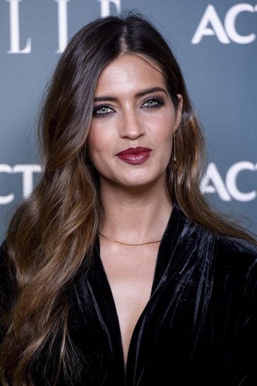 Sara Carbonero con un labial burdeos