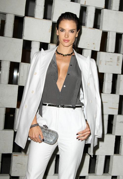 Alessandra Ambrosio con el pelo peinado hacia atrás con productos fijadores