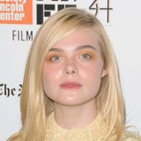 Elle Fanning con sombra de ojos naranja