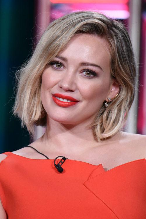 Hilary Duff con los labios rojos y un corte bob rubio