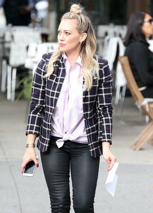 Hilary Duff con un semi recogido de moño alto