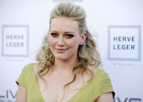 Hilary Duff con un peinado sleek hacia atrás y rizos