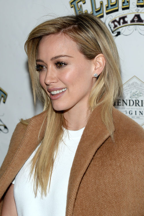Hilary Duff con el pelo liso y una profunda raya al lado
